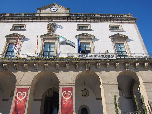 Pancarta En El Balcón Del Ayuntamiento De Cáceres