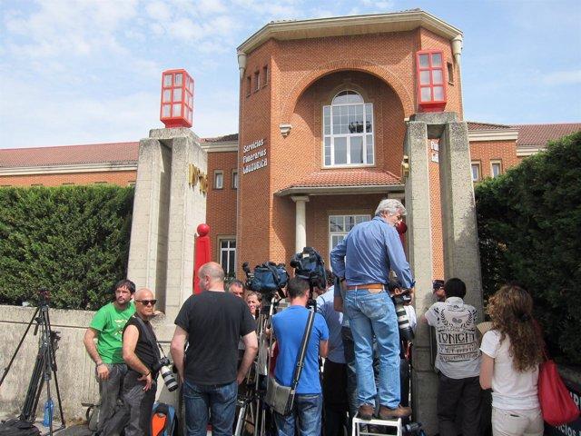 Periodistas Esperan A Las Puertas Del Tanatorio.