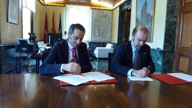 Sánchez De Muniáin Y Jaoquín Mencos Firman Un Convenio.