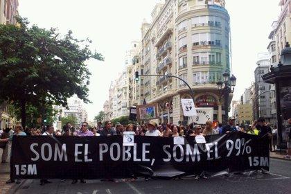 Miles de personas recorren el centro de Valencia bajo el lema 'Som el poble, som el 99%'