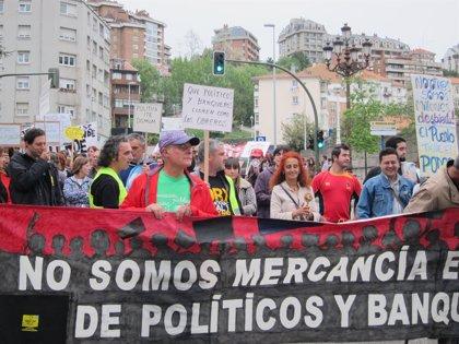 """Los indignados cántabros critican que un año después de nacer el 15M """"se sigue rescatando bancos y no personas"""""""