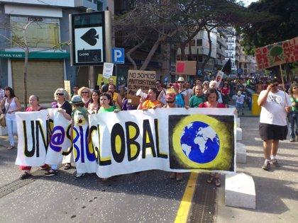 Unos 5.000 'indignados' vuelven a salir a la calle en Santa Cruz de Tenerife para reivindicar los ideales del 15M