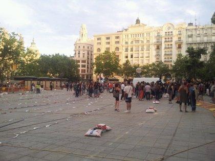 Un grupo de manifestantes irrumpe en el recinto vallado de la 'mascletà' en Valencia