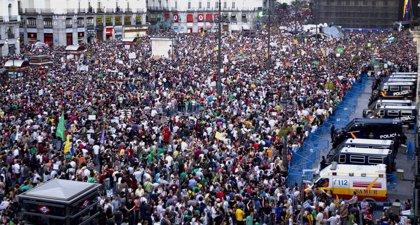 Miles de personas se congregan en Sol para mostrar que su indignación sigue viva