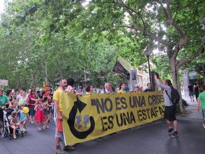 15-M.- Miles de personas se manifiestan en Zaragoza en el primer aniversario del movimiento