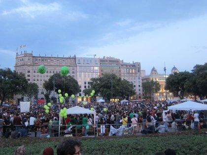 Los 'indignados' congregan a miles de barceloneses en una festiva protesta