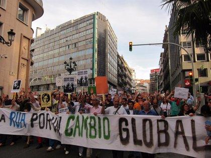 """15M.- Más de 10.000 personas salen a la calle en Vigo para reclamar """"democracia real"""" y """"un cambio global"""""""