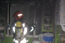 Tres bomberos apagan un fuego en un piso de Santoña que causó 2 heridos y obligó a evacuar a todos los vecinos