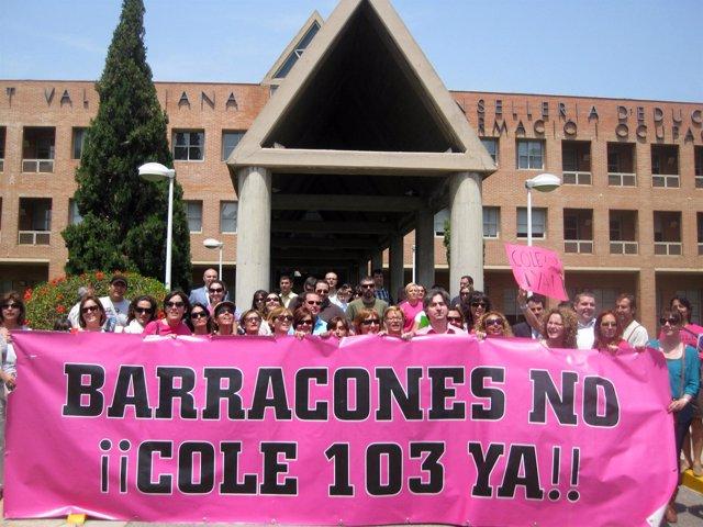 Padres Del Colegio 103 De Valencia Ante La Conselleria De Educación.