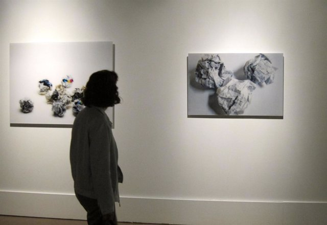 Una Visitante Observa Obra En Un Museo