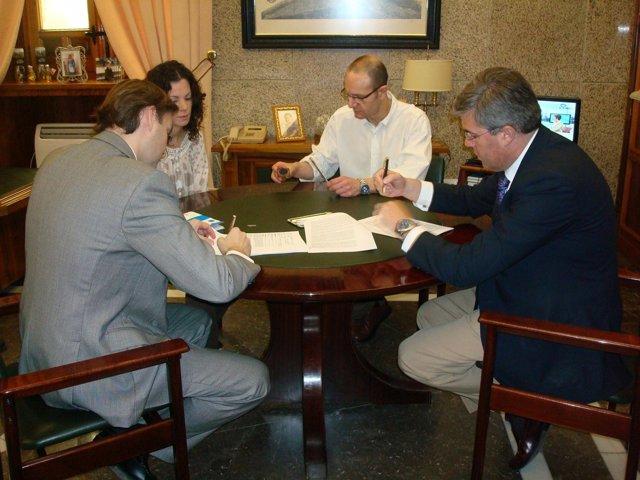 El Alcalde De Jaén (D) Firma Con Entidades Préstamos Para El Pago A Proveedores.