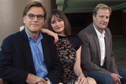 Aaron Sorkin con los protagonistas de The Newsroom