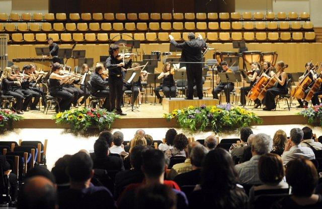Una Agrupación Musical En Una Actuación