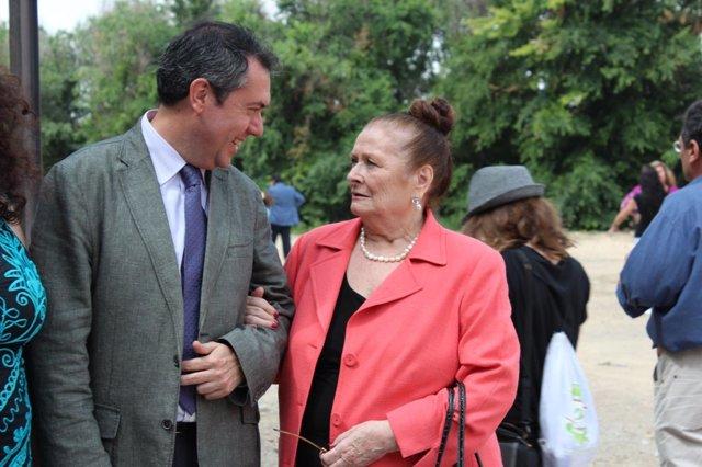 Juan Espadas Junto A Matilde Coral