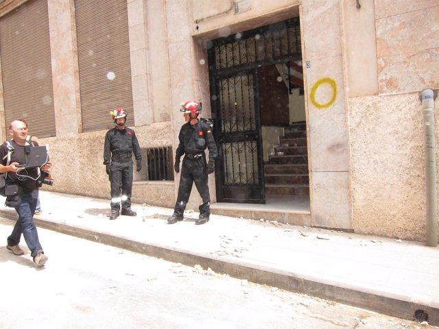 Bomberos En La Puerta De Una Vivienda Afectada En Lorca