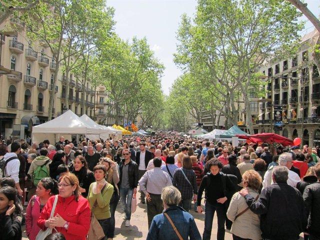 Multitud De Personas Inundan La Rambla Por Sant Jordi