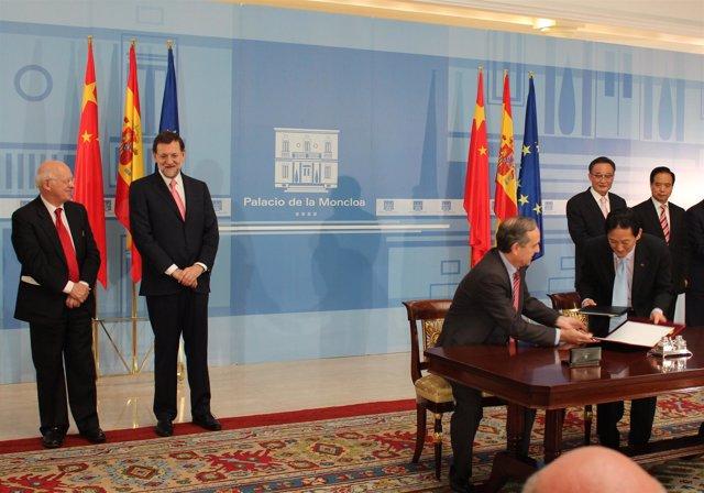 Firma Del Presidente De La Autoridad Portuaria De A Coruña Y Marco Wang