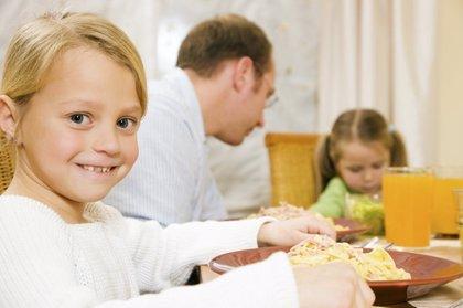 Comer en familia 3 veces a la semana previene en un 32% los trastornos alimenticios