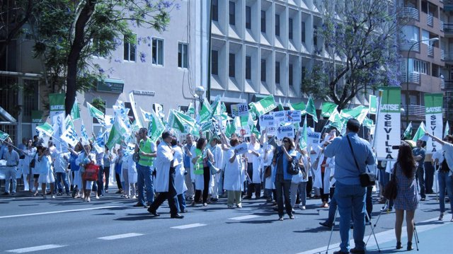 Sanitarios Protestas Ante La Delegación De Salud En Sevilla