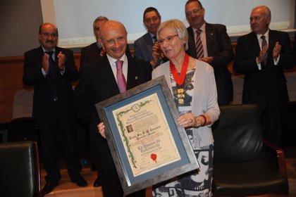 La enfermera y diputada de CiU Concepció Tarruella i Tomás recibe la Venera de Oro de la enfermería española