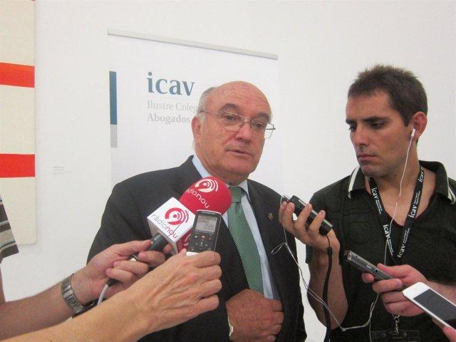 El Presidente Del CGAE, Carlos Carnicer, Atendiendo A Los Medios