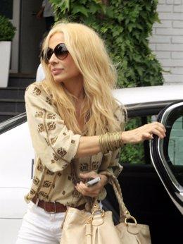 Marta Sánchez saliendo de un taxi