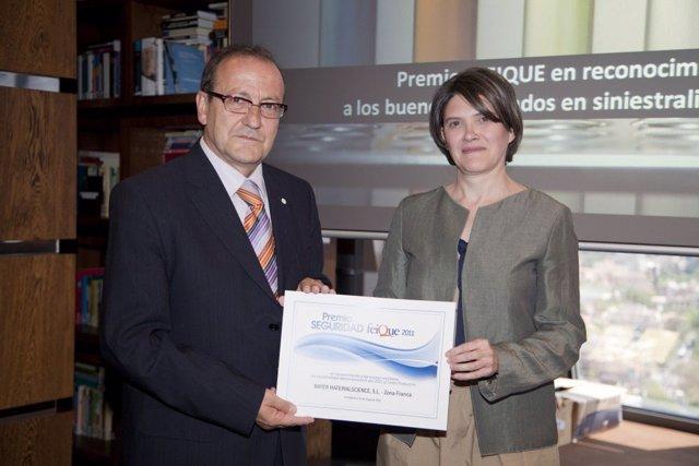 Juan Patau Recogiendo El Premio De Manos De Olga Fernández Martínez