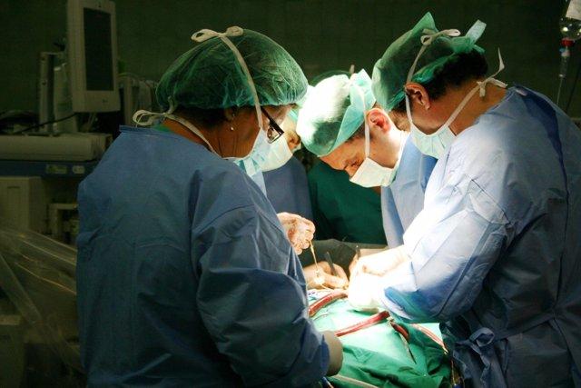 Operación de implante de válvula sin necesidad de parar el corazón