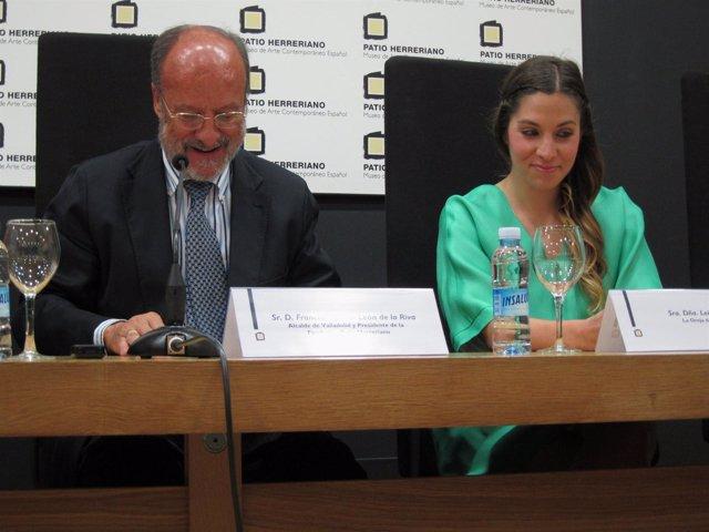 El alcalde junto a la cantante de la Oreja de Van Gogh, Leire Martínez