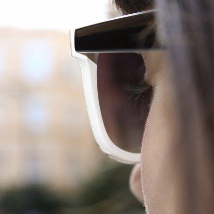 Los ópticos recuerdan que la radiación solar es más dañina para los ojos que para la piel