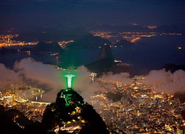 Das Christus-Monument Auf Dem Corcovado In Rio De Janeiro Escheint Derzeit In Gr