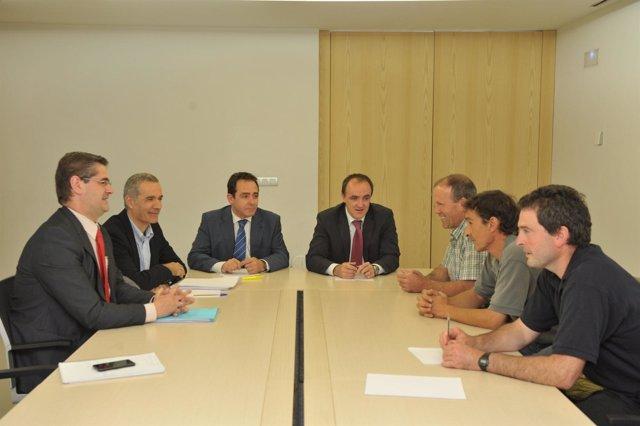 El consejero Esparza, con representantes de EHNE.