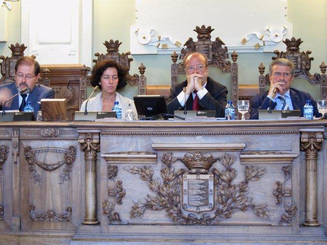 El alcalde, en el centro, durante el pleno celebrado hoy en el Ayuntamiento.