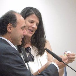 Ignacio Diego Y Ruth Beitia Con La Medalla