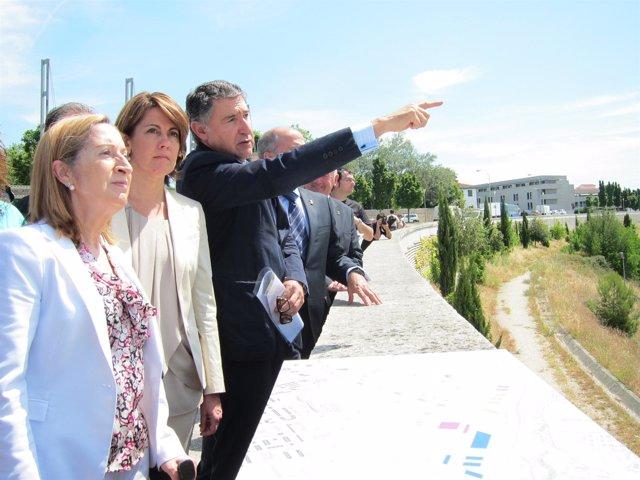 Pastor y Barcina visitando el emplazamiento de la futura estación del TAP.