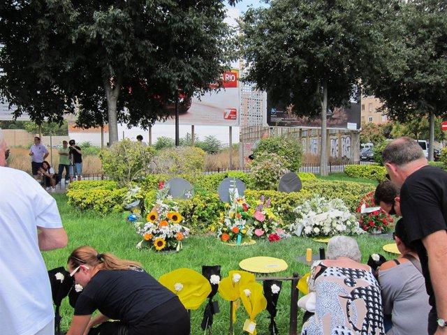 Familiares Y Amigos Depositando Flores En Recuerdo De Las Víctimas