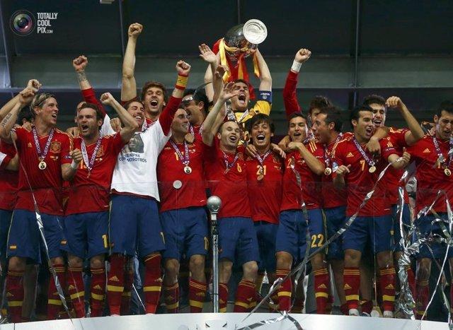 La Selección española levantado la copa de la Eurocopa 2012.