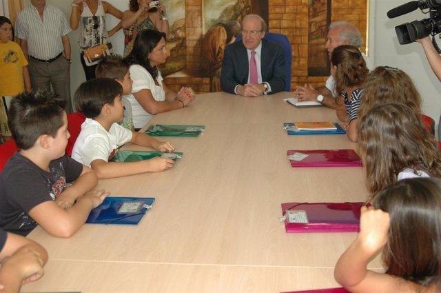 Pequeños concejales del barrio de La Morana en Huelva con el alcalde, Pedro Rodr