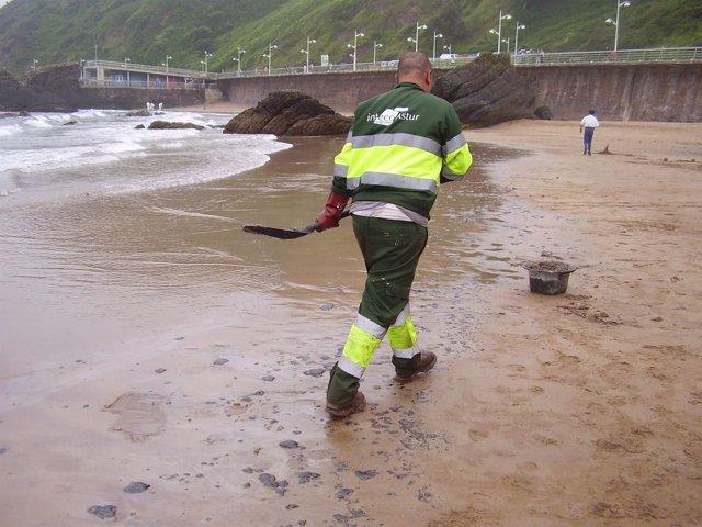 Un Operario Recoge Restos Del Vertido De Fuel En La Playa De Candás.