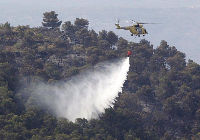 Tareas de extinción en el incendio de Valencia