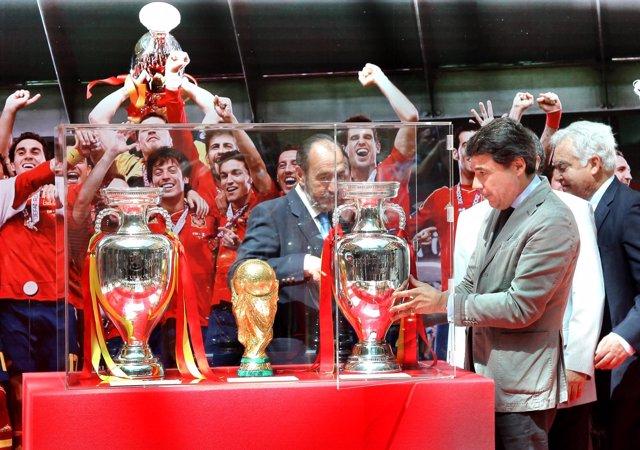 Ignacio González coloca la Eurocopa en la Real Casa de Correos