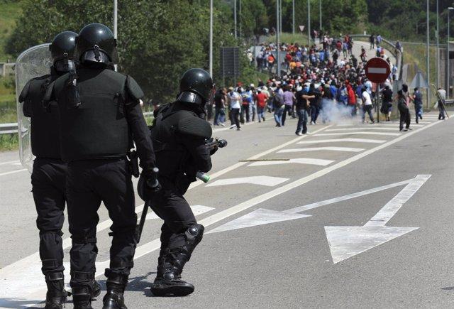 La Guardia Civil Carga Contra Los Mineros En Campomanes (Asturias)