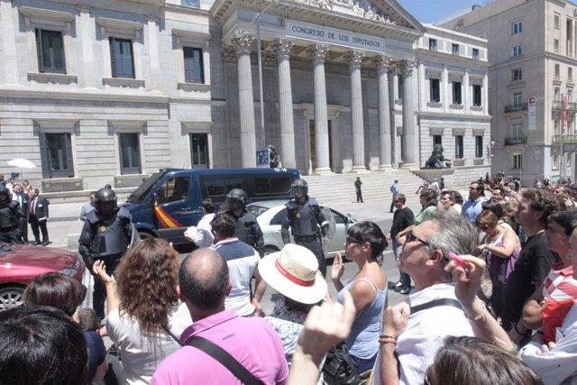 Unas 200 Personas Se Concentran Frente Al Congreso Contra Los Nuevos Recortes