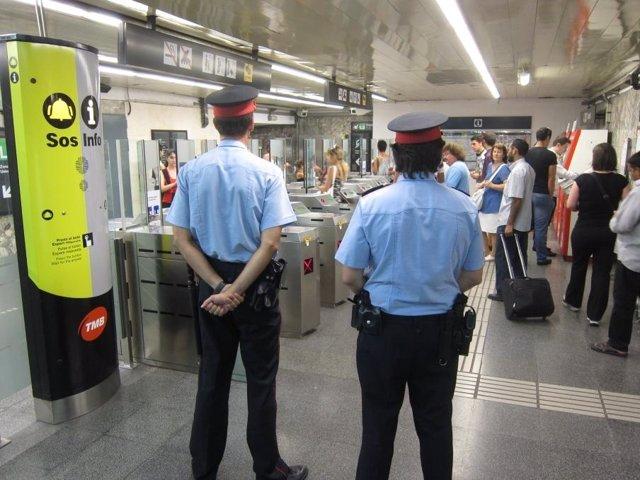 Mossos D'esquadra En La Estación De Metro De Paral·Lel