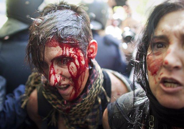 Chica golpeada por la policía en la marcha de los mineros