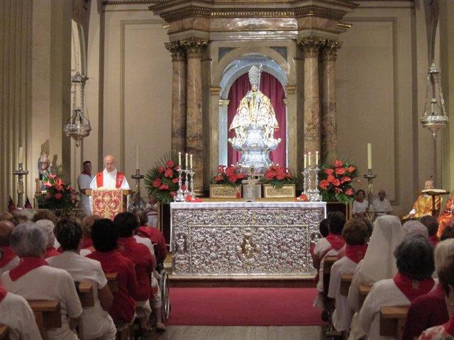 Cientos de personas mayores celebran la misa en su honor.