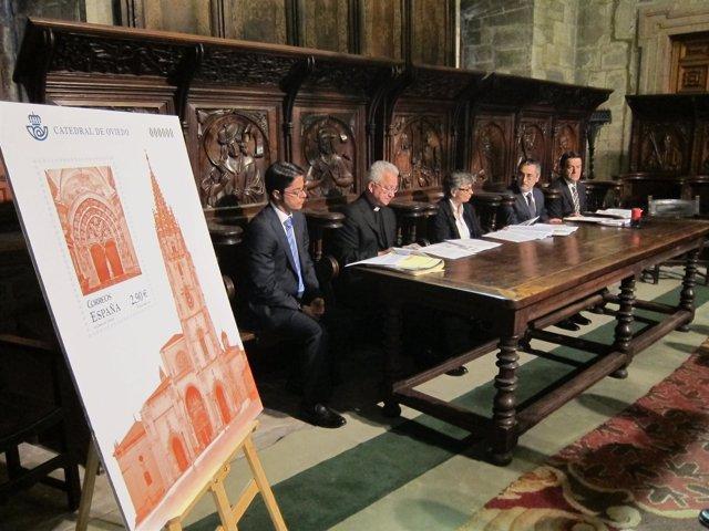 Pérez (segundo por la derecha) explica las características del sello.