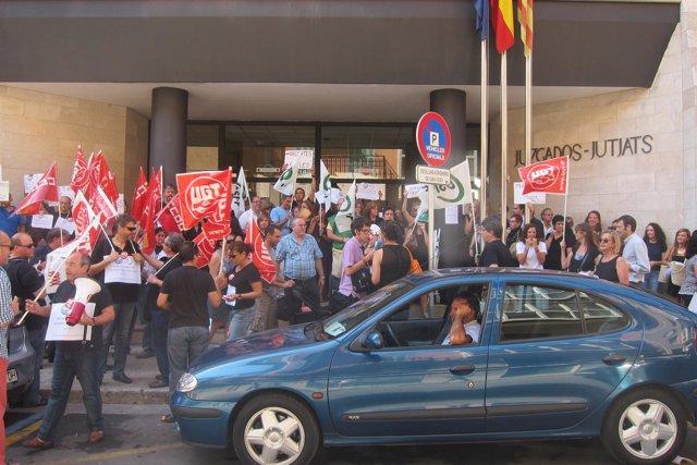 Funcionarios públicos protestan cont ra los últimos recortes del Gobierno