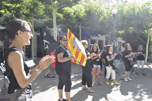 Las 'mujeres del carbón' se concentran ante el Edificio Pignatelli.