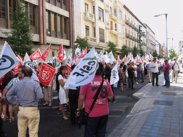 Participantes en la manifestación de empleados públicos en Valladolid.